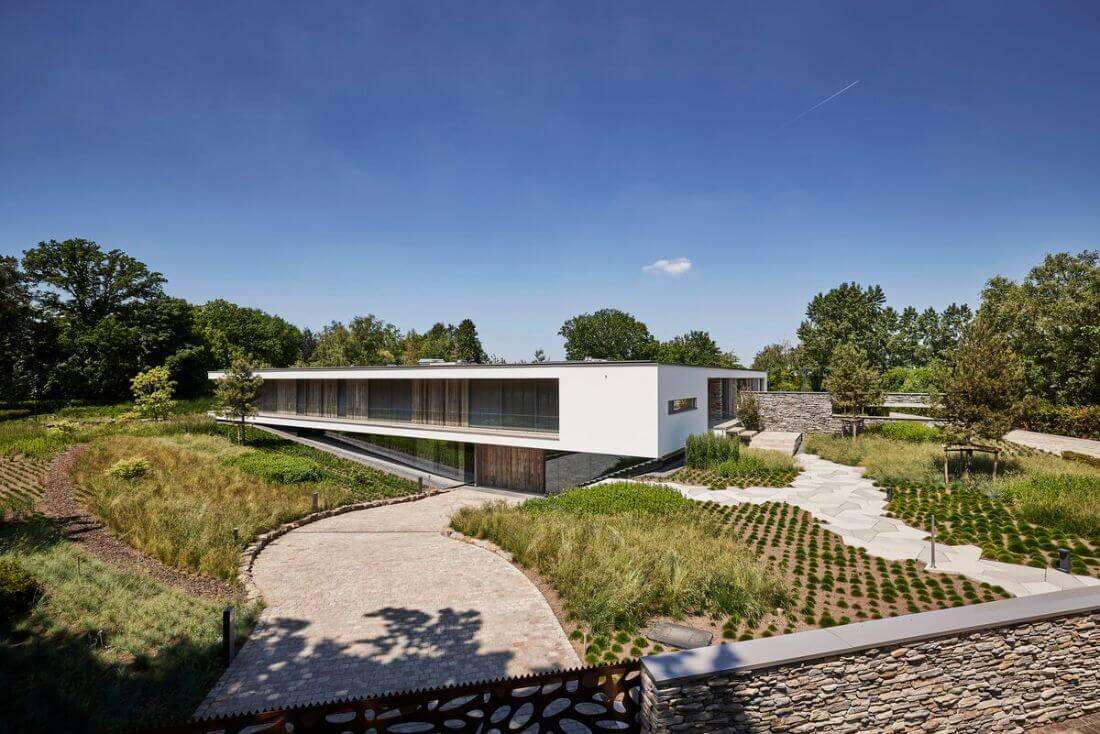 Riante villa met vijverpark